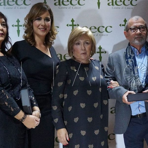 La AECC premia a Paz Velázquez por su contribución en la lucha contra el cáncer